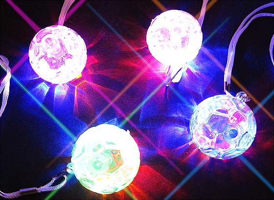 143762a508a3bd 【光り物・縁日玩具】 ピカピカ光る!フラッシュサッカーペンダント☆ 首にかけることができる、サッカーボールがかっこいい光る玩具です。