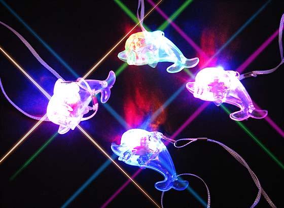 af8c7b2597fe7a 【光り物・縁日玩具】 ピカピカ光る!かわいいベビーイルカペンダント☆ 4種類のクリアカラーがきれいな光るペンダント型玩具です。 子どもは光る物が大好き!