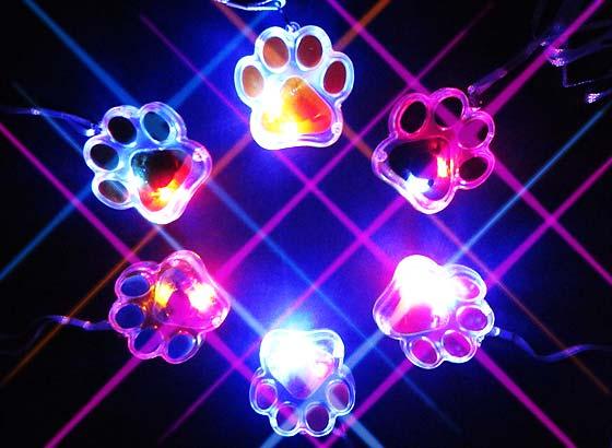 96bb0ea0fbb9d2 【光り物・縁日玩具】 ピカピカ光る!にゃんこペンダント☆ かわいいネコの肉球デザインのネックレス型玩具です。 子どもは光る物が大好き!首からさげれるフラッシュ  ...