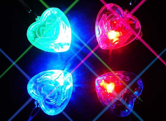 717536e5eb857e 【光り物・縁日玩具】 ピカピカ光る!ハートペンダント☆ かわいいハートデザインのネックレス型玩具です。 子どもは光る物が大好き!首からさげれるフラッシュ ライト ...